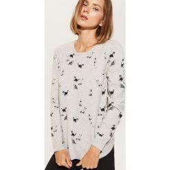 Sweter z nadrukiem all over - Jasny szar. Szare swetry klasyczne damskie marki House, l. Za 59,99 zł.