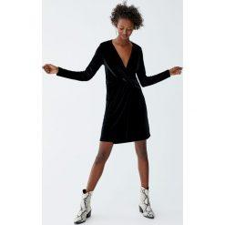 Sukienka wieczorowa z długimi rękawami i węzłem. Czarne sukienki koktajlowe Pull&Bear, z długim rękawem. Za 79,90 zł.