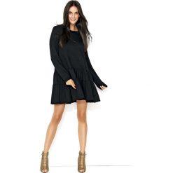 Czarna Dresowa Sukienka z Szerokimi Falbankami na Dole. Czarne sukienki marki Molly.pl, do pracy, l, z aplikacjami, z dresówki, biznesowe, z falbankami. Za 119,90 zł.
