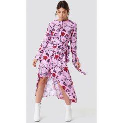 NA-KD Trend Asymetryczna sukienka z wiązaniem - Pink,Multicolor. Białe długie sukienki marki NA-KD Trend, w paski, z poliesteru, z klasycznym kołnierzykiem. Za 202,95 zł.