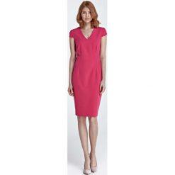 Fuksja Dopasowana Klasyczna Sukienka z Dekoltem V. Czerwone sukienki Molly.pl, na imprezę, s, w jednolite wzory, z tkaniny, eleganckie, z klasycznym kołnierzykiem, z krótkim rękawem, midi, dopasowane. Za 158,90 zł.