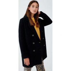 Dwurzędowy płaszcz z flauszu z guzikami. Czarne płaszcze damskie marki Pull&Bear. Za 249,00 zł.