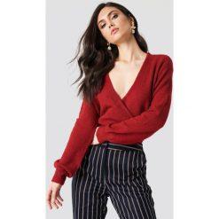 NA-KD Trend Sweter z kopertowym dekoltem - Red. Białe swetry klasyczne damskie marki NA-KD Trend, z nadrukiem, z jersey, z okrągłym kołnierzem. Za 121,95 zł.