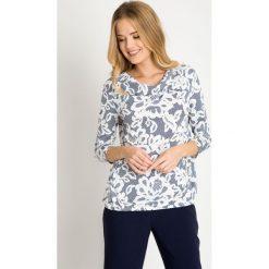 Granatowa bluzka w białe kwiaty  QUIOSQUE. Białe bluzki z odkrytymi ramionami QUIOSQUE, uniwersalny, w kratkę, z jeansu, biznesowe, z dekoltem woda. W wyprzedaży za 69,99 zł.