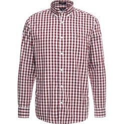 GANT OXFORD GINGHAM Koszula raspberry purple. Czerwone koszule męskie marki GANT, l, w kratkę, z bawełny, z klasycznym kołnierzykiem. Za 419,00 zł.