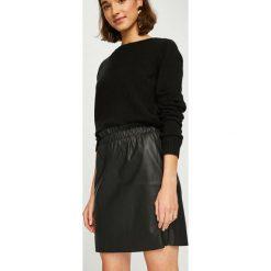 Vero Moda - Spódnica Riley. Czarne minispódniczki marki Vero Moda, l, ze skóry ekologicznej, z podwyższonym stanem, proste. Za 89,90 zł.