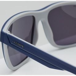 Lacoste Okulary przeciwsłoneczne matte blue/grey. Niebieskie okulary przeciwsłoneczne męskie wayfarery Lacoste. W wyprzedaży za 349,30 zł.