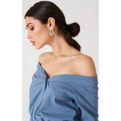 NA-KD Trend Koszula z odkrytymi ramionami - Blue. Białe koszule damskie marki NA-KD Trend, z nadrukiem, z jersey, z okrągłym kołnierzem. Za 121,95 zł.