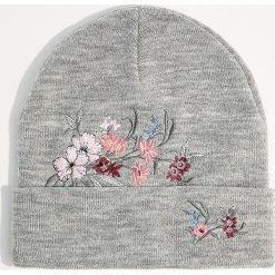 Czapka z kwiatowym haftem - Jasny szar. Czerwone czapki zimowe damskie marki Mohito, z bawełny. Za 39,99 zł.