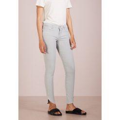 True Religion HALLE DYED LONG Jeans Skinny Fit limestone. Szare boyfriendy damskie True Religion, z bawełny. Za 839,00 zł.