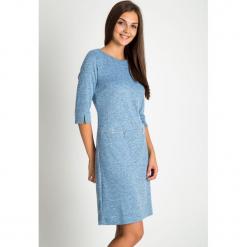 Niebieska melanżowa sukienka z zamkami na biodrach QUIOSQUE. Niebieskie długie sukienki marki QUIOSQUE, na jesień, z dzianiny, z dekoltem na plecach, z długim rękawem. Za 199,99 zł.