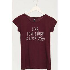 T-shirt z napisem - Bordowy. Czerwone t-shirty damskie Sinsay, l, z napisami. Za 9,99 zł.