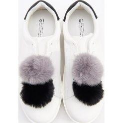 Sportowe buty z pomponami - Biały. Czarne buty sportowe damskie marki Kazar, z nubiku, przed kolano, na wysokim obcasie. Za 139,99 zł.