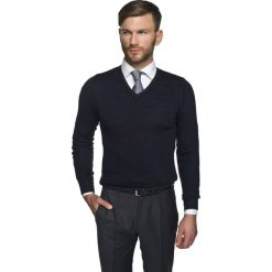 Swetry klasyczne męskie: sweter marlow w serek granatowy
