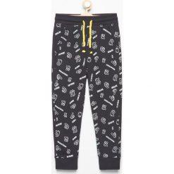 Dresy chłopięce: Spodnie dresowe we wzory – Czarny