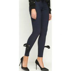 Spodnie damskie: Granatowe Legginsy Linking