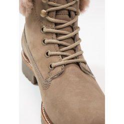Tamaris Botki sznurowane taupe. Brązowe buty zimowe damskie marki Tamaris, z materiału, na sznurówki. W wyprzedaży za 319,20 zł.