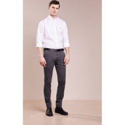 Polo Ralph Lauren EASYCARE PINPOINT OXFORD CUSTOM FIT Koszula white. Szare koszule męskie marki Polo Ralph Lauren, l, z bawełny, button down, z długim rękawem. Za 419,00 zł.
