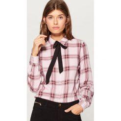 Koszula z wiązaniem przy dekolcie - Różowy. Czerwone koszule wiązane damskie marki Mohito. Za 79,99 zł.