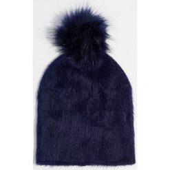 Pluszowa czapka z pomponem - Granatowy. Czerwone czapki zimowe damskie marki Mohito, z bawełny. Za 39,99 zł.