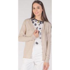 Klasyczny beżowy sweter z guzikami  QUIOSQUE. Brązowe kardigany damskie QUIOSQUE, na lato, uniwersalny, z wiskozy. W wyprzedaży za 29,99 zł.