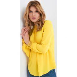 Bluzki asymetryczne: Luźna bluzka z koronką