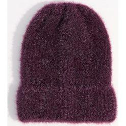 Czapka beanie z połyskującym włosiem - Bordowy. Czerwone czapki zimowe damskie marki Mohito. Za 39,99 zł.