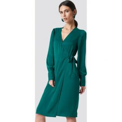 NA-KD Kopertowa sukienka - Green. Zielone długie sukienki NA-KD, na imprezę, z tkaniny, z kopertowym dekoltem, z długim rękawem, kopertowe. Za 181,95 zł.