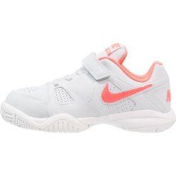 Nike Performance CITY COURT 7 Obuwie do tenisa Outdoor pure platinum/hot punch. Szare buty do tenisu damskie marki Nike Performance, z gumy. Za 189,00 zł.