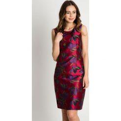 Różowa sukienka w kwieciste wzory BIALCON. Czerwone sukienki koktajlowe marki BIALCON. W wyprzedaży za 140,00 zł.