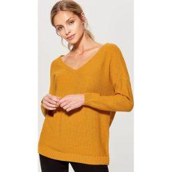 Luźny sweter z dekoltem w szpic - Brązowy. Brązowe swetry klasyczne damskie marki Mohito, m. Za 89,99 zł.