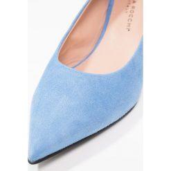 Erika Rocchi Czółenka bluebell. Niebieskie buty ślubne damskie Erika Rocchi, z materiału. W wyprzedaży za 377,40 zł.