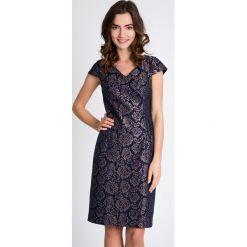 Żakardowa sukienka z połyskiem QUIOSQUE. Szare sukienki balowe marki QUIOSQUE, na spotkanie biznesowe, z tkaniny, z kopertowym dekoltem, z krótkim rękawem, mini, dopasowane. W wyprzedaży za 59,99 zł.