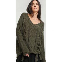 Ciemnozielony Sweter Cafes. Zielone swetry klasyczne damskie other, na jesień, uniwersalny. Za 79,99 zł.