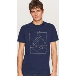 T-shirty męskie: T-shirt z kontrastowym nadrukiem – Granatowy