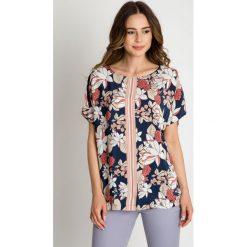 Wiskozowa bluzka z kwiatowym wzorem BIALCON. Szare bluzki nietoperze BIALCON, z tkaniny, klasyczne, z klasycznym kołnierzykiem, z krótkim rękawem. W wyprzedaży za 140,00 zł.