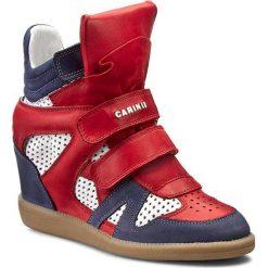 Sneakersy CARINII - B3400M Sam. 1238/Nappa Biała/Ferro 1242. Czerwone botki damskie skórzane Carinii, na koturnie. W wyprzedaży za 279,00 zł.