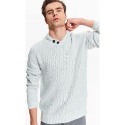 SWETER MĘSKI Z DZIANINY STRUKTURALNEJ Z SZALOWYM KOŁNIERZEM. Szare swetry klasyczne męskie Top Secret, na jesień, m, z dzianiny, z golfem. Za 79,99 zł.