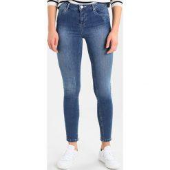 Mint Velvet SAVANNAH DISTRESSED  Jeans Skinny Fit light indigo. Niebieskie rurki damskie Mint Velvet. Za 369,00 zł.