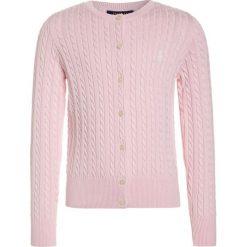 Polo Ralph Lauren MINI CABLE Kardigan hint of pink. Czerwone swetry dziewczęce Polo Ralph Lauren, z bawełny. Za 359,00 zł.