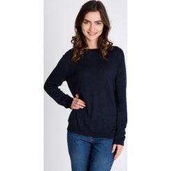 Granatowy gładki sweter QUIOSQUE. Niebieskie swetry klasyczne damskie marki QUIOSQUE, z tkaniny, z dekoltem na plecach. W wyprzedaży za 96,00 zł.