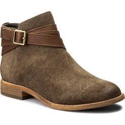Botki CLARKS - Maypearl Edie 261288504 Olive. Brązowe buty zimowe damskie Clarks, z materiału, na obcasie. W wyprzedaży za 309,00 zł.