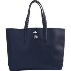 Lacoste Sport SHOPPING BAG Torba sportowa marine filet. Niebieskie torby podróżne Lacoste Sport. W wyprzedaży za 439,20 zł.