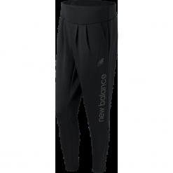 New Balance WP61512BK. Czarne spodnie dresowe damskie marki KIPSTA, l, z bawełny, na fitness i siłownię. W wyprzedaży za 169,99 zł.