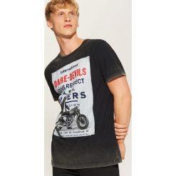 T-shirt z nadrukiem - Szary. Szare t-shirty męskie z nadrukiem House, l. Za 49,99 zł.