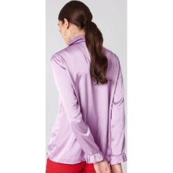 NA-KD Satynowa koszula - Purple. Fioletowe koszule damskie NA-KD, z materiału. W wyprzedaży za 85,37 zł.