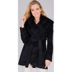 Płaszcze damskie: Czarny wiązany płaszcz z dużym kołnierzem QUIOSQUE
