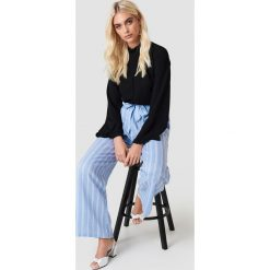 Spodnie z wysokim stanem: Andrea Hedenstedt x NA-KD Spodnie z wysokim stanem i wiązaniem – Blue,Multicolor