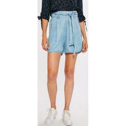Guess Jeans - Szorty Sunny. Szare szorty jeansowe damskie marki Guess Jeans, z aplikacjami, casualowe, z podwyższonym stanem. W wyprzedaży za 269,90 zł.