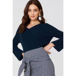 MANGO Sweter z rozszerzanym rękawem - Navy. Niebieskie swetry klasyczne damskie marki Mango, z dzianiny, dekolt w kształcie v. W wyprzedaży za 36,98 zł.